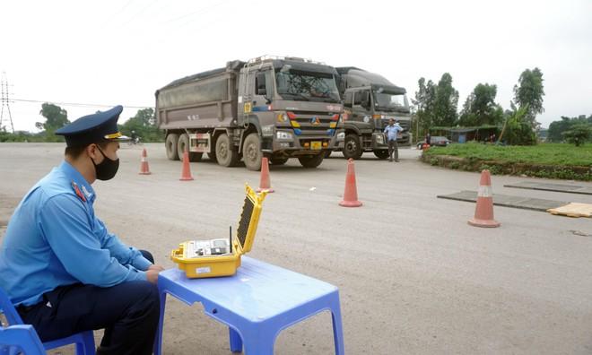 Tài xế xe quá tải gần 150% 'câu giờ' gọi điện cầu cứu khi bị xử lý - Ảnh 14.