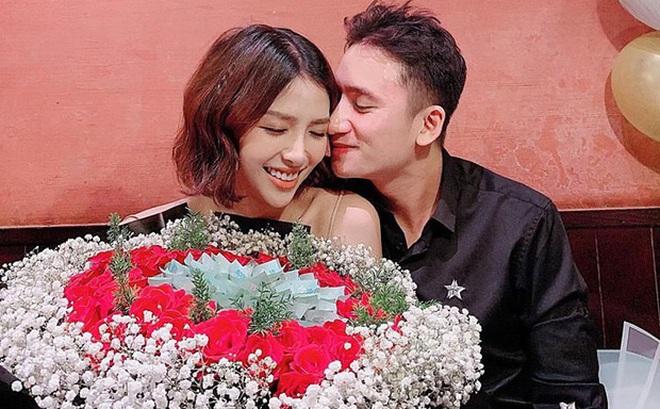5 năm yêu của Phan Mạnh Quỳnh và vợ hot girl: Từ bị hoài nghi đến màn cầu hôn gây sốt, chàng cưng nàng số 1 thấy mà ghen!