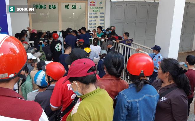 Khán giả xếp hàng từ 6h sáng, dài hơn 1 km mua vé xem Công Phượng đối đầu Quang Hải