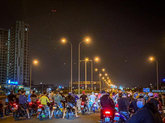 Clip quái xế chặn đường Nguyễn Văn Linh để đua xe giữa ban ngày ở Sài Gòn - Ảnh 2.