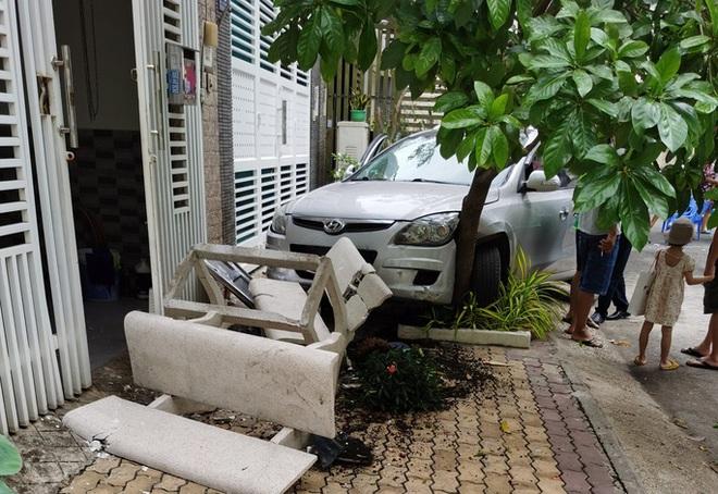 Một phụ nữ lái ô tô húc văng 2 mẹ con ở chung cư, bé gái trong xe bay người đập vào kính - Ảnh 1.