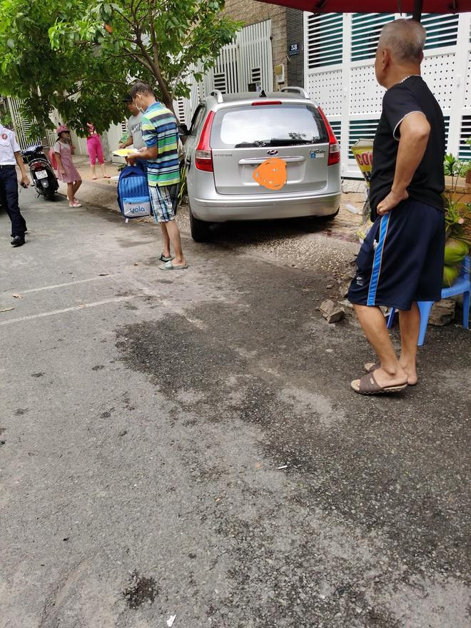 Một phụ nữ lái ô tô húc văng 2 mẹ con ở chung cư, bé gái trong xe bay người đập vào kính - Ảnh 6.