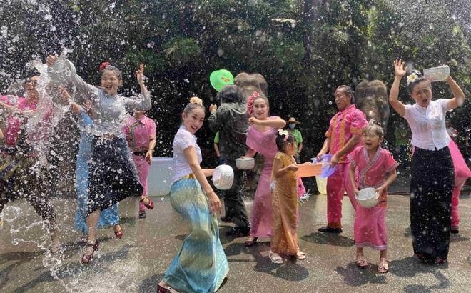 7 ngày qua ảnh: Mọi người tận hưởng lễ hội té nước ở Trung Quốc