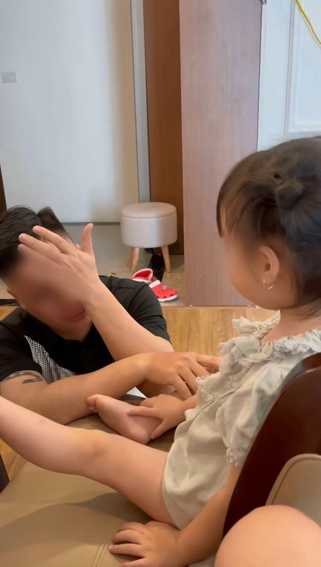 Biết con gái sắp đi học, ông bố khóc cạn nước mắt nhưng thái độ của bé khiến ai nấy bật cười! - Ảnh 1.
