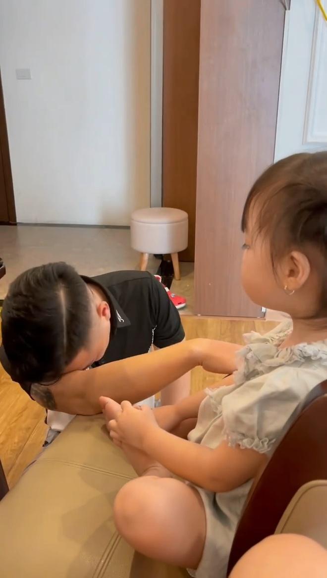 Biết con gái sắp đi học, ông bố khóc cạn nước mắt nhưng thái độ của bé khiến ai nấy bật cười! - Ảnh 2.