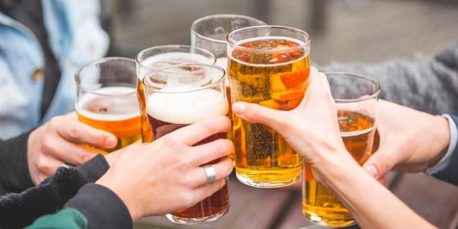 Thanh niên 27 tuổi uống 12 chai bia, tỉnh dậy tay bị liệt: Hậu quả sau đó còn đáng sợ hơn - Ảnh 1.