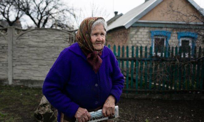 Bom rơi xuống sân nhà xé toang cửa sổ, giết chết mèo cưng: Dân Ukraine nói Nga sẽ phải hối hận - Ảnh 1.