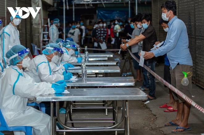 Số ca Covid-19 ở Campuchia lại phá kỷ lục, chính phủ hỗ trợ lương thực khẩn cấp - ảnh 1