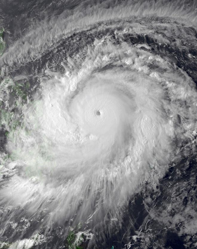 So sánh Surigae với siêu bão mạnh nhất năm 2020 để thấy được sức mạnh khủng khiếp của nó - Ảnh 1.