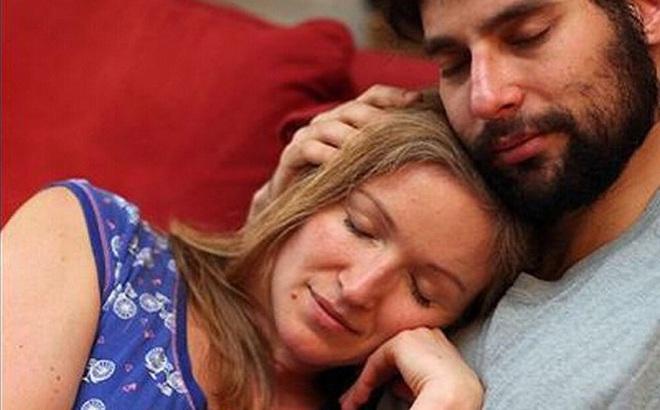 Vợ cô đơn thuê trai lạ về ôm ấp, chồng chẳng ghen lấy 1 lần, còn làm chuyện gây ngỡ ngàng