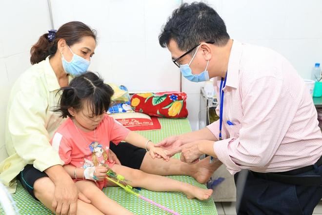 Mỗi ngày có hàng trăm trẻ đến khám, nhập viện vì bệnh viêm màng não ở Nghệ An, Hà Tĩnh - Ảnh 2.