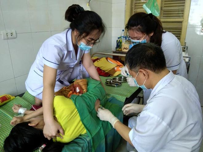 Mỗi ngày có hàng trăm trẻ đến khám, nhập viện vì bệnh viêm màng não ở Nghệ An, Hà Tĩnh - Ảnh 1.