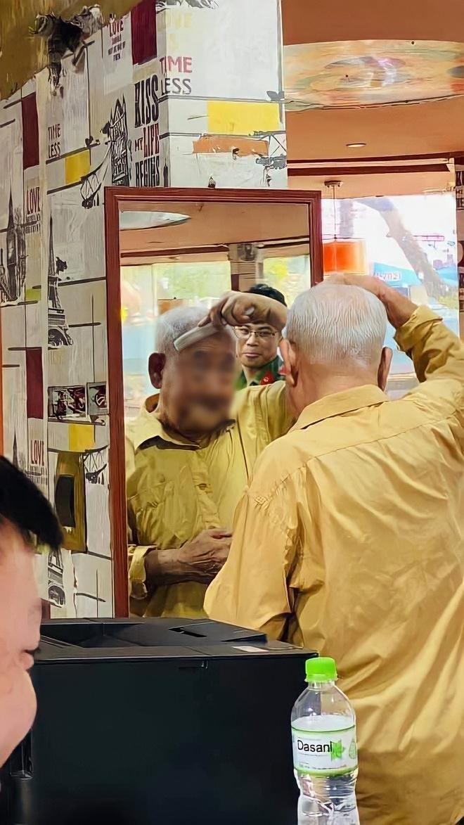 Đi làm căn cước, cụ ông xin vuốt tóc, chải đầu chỉn chu trước gương khiến tất cả trầm trồ - Ảnh 1.