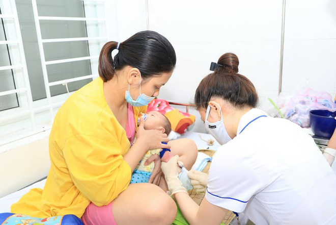 Mỗi ngày có hàng trăm trẻ đến khám, nhập viện vì bệnh viêm màng não ở Nghệ An, Hà Tĩnh - Ảnh 3.