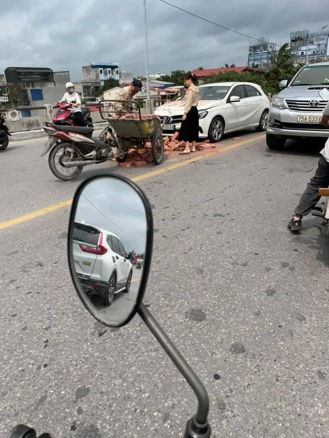 Xe xích lô chế chở gạch tông móp đầu Mercedes, nữ tài xế khoanh tay bất lực nhìn hiện trường - Ảnh 1.