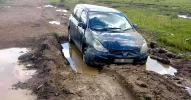 Thấy xe ô tô mắc kẹt trong bùn, người dân tới giúp thì chứng kiến cảnh tượng không ngờ bên trong - Ảnh 1.