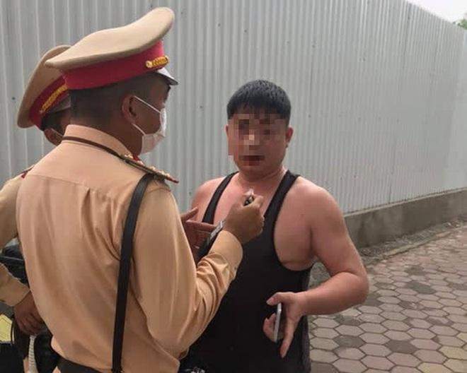 Người đàn ông say xỉn, xưng là quân nhân làm loạn tại chốt CSGT - Ảnh 1.