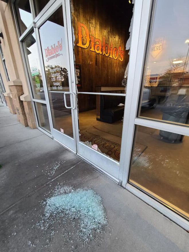 Cửa hàng bị trộm phá cửa, ông chủ thay vì gọi cảnh sát đưa ra 1 quyết định khiến dân mạng vỗ tay nhiệt liệt - Ảnh 1.