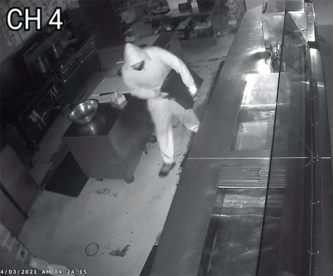 Cửa hàng bị trộm phá cửa, ông chủ thay vì gọi cảnh sát đưa ra 1 quyết định khiến dân mạng vỗ tay nhiệt liệt - Ảnh 2.