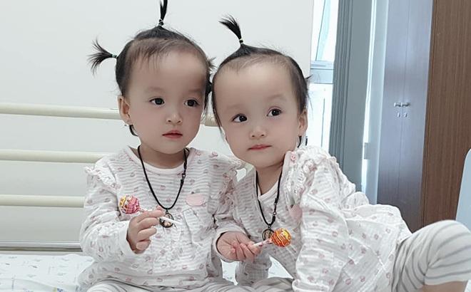 Khoảnh khắc 2 chị em ríu rít cực đáng yêu sau khi bé Diệu Nhi được phẫu thuật hoàn chỉnh đường tiêu hóa