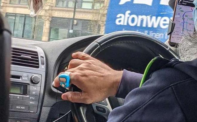 Thấy tài xế đeo món đồ kì lạ, cô gái chụp lại rồi lên mạng hỏi, đáp án làm nhiều người bất ngờ