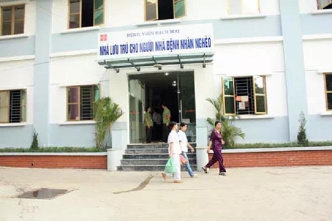 Vì sao Bệnh viện Bạch Mai phá nhà lưu trú cho người nhà bệnh nhân, chặt cây xà cừ tuổi đời trăm năm? - Ảnh 1.