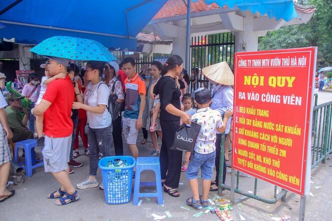 Chen chân ở vườn thú Hà Nội ngày nghỉ lễ Giỗ Tổ - Ảnh 1.