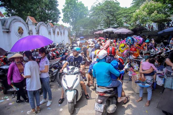 Chen chân ở vườn thú Hà Nội ngày nghỉ lễ Giỗ Tổ - Ảnh 2.