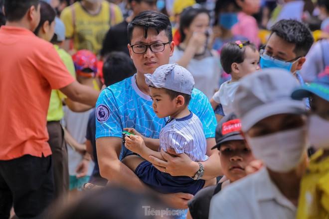 Chen chân ở vườn thú Hà Nội ngày nghỉ lễ Giỗ Tổ - Ảnh 12.