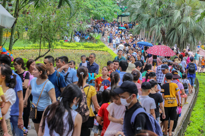 Chen chân ở vườn thú Hà Nội ngày nghỉ lễ Giỗ Tổ - Ảnh 13.