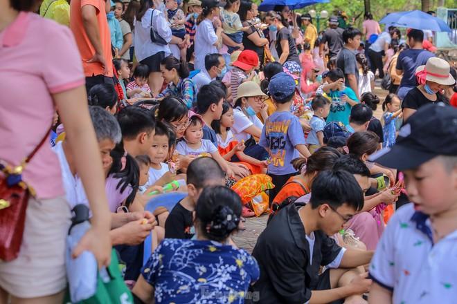 Chen chân ở vườn thú Hà Nội ngày nghỉ lễ Giỗ Tổ - Ảnh 15.