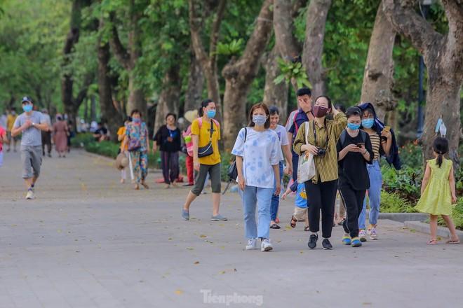 Chen chân ở vườn thú Hà Nội ngày nghỉ lễ Giỗ Tổ - Ảnh 16.