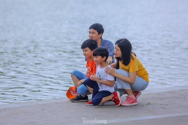 Chen chân ở vườn thú Hà Nội ngày nghỉ lễ Giỗ Tổ - Ảnh 17.