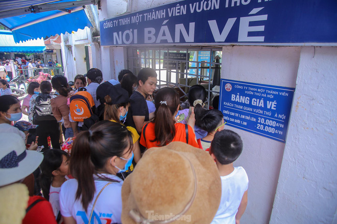 Chen chân ở vườn thú Hà Nội ngày nghỉ lễ Giỗ Tổ - Ảnh 4.
