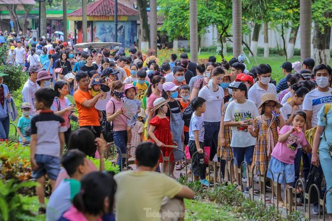 Chen chân ở vườn thú Hà Nội ngày nghỉ lễ Giỗ Tổ - Ảnh 5.