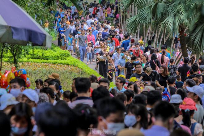 Chen chân ở vườn thú Hà Nội ngày nghỉ lễ Giỗ Tổ - Ảnh 6.
