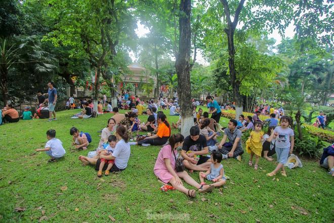 Chen chân ở vườn thú Hà Nội ngày nghỉ lễ Giỗ Tổ - Ảnh 7.