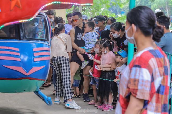 Chen chân ở vườn thú Hà Nội ngày nghỉ lễ Giỗ Tổ - Ảnh 8.