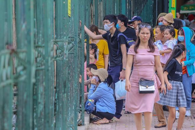 Chen chân ở vườn thú Hà Nội ngày nghỉ lễ Giỗ Tổ - Ảnh 9.
