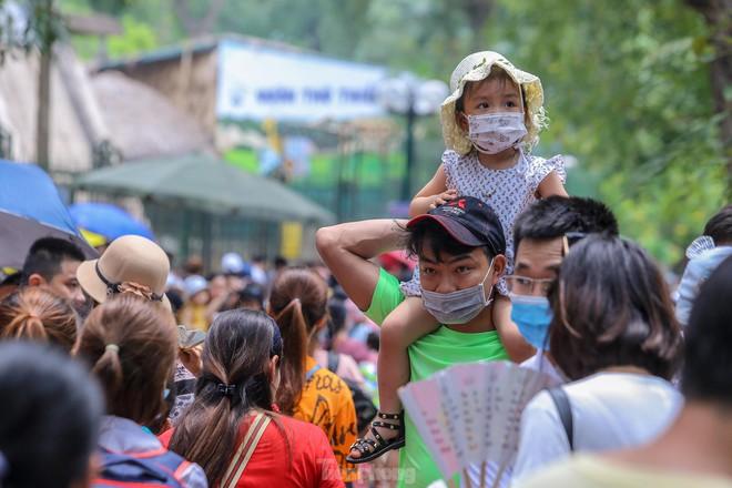 Chen chân ở vườn thú Hà Nội ngày nghỉ lễ Giỗ Tổ - Ảnh 10.