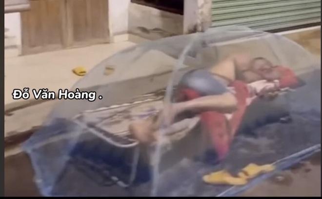 Người đàn ông mắc màn ngủ giữa đường, nguyên nhân khiến số đông không ngờ tới