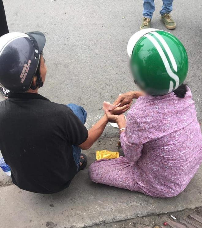 Sau vụ va chạm giao thông, một người phụ nữ chạy đến giúp đỡ, nghe lời dặn dò sau đó ai cũng ấm lòng - Ảnh 1.