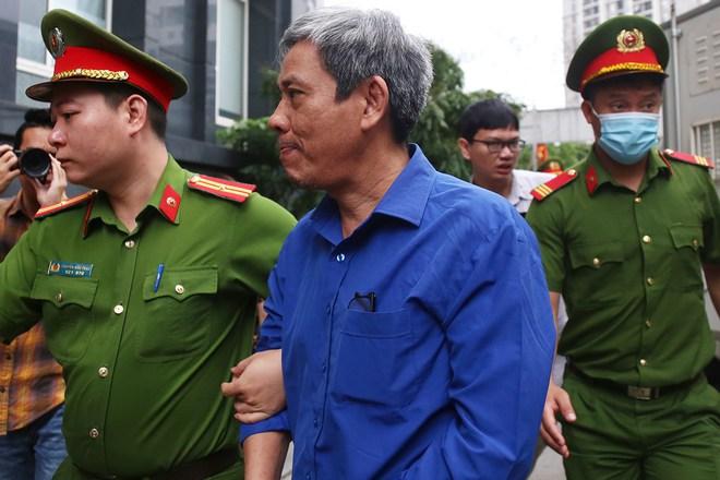 Cựu Bộ trưởng Vũ Huy Hoàng đến sớm hầu tòa, luật sư phải dìu lên từng bậc thềm - Ảnh 6.