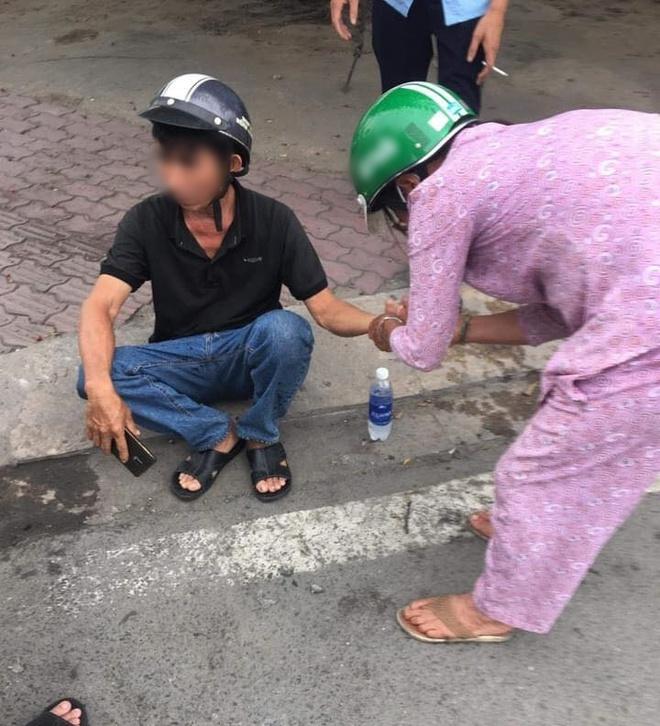 Sau vụ va chạm giao thông, một người phụ nữ chạy đến giúp đỡ, nghe lời dặn dò sau đó ai cũng ấm lòng - Ảnh 3.