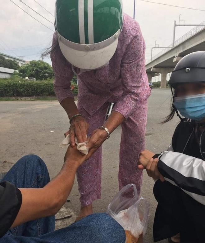 Sau vụ va chạm giao thông, một người phụ nữ chạy đến giúp đỡ, nghe lời dặn dò sau đó ai cũng ấm lòng - Ảnh 4.