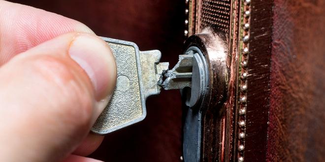 Cứu nguy chìa khóa gãy kẹt trong ổ khóa, giải quyết trong 1 một nốt nhạc: Sẽ có lúc bạn cần đến! - Ảnh 1.