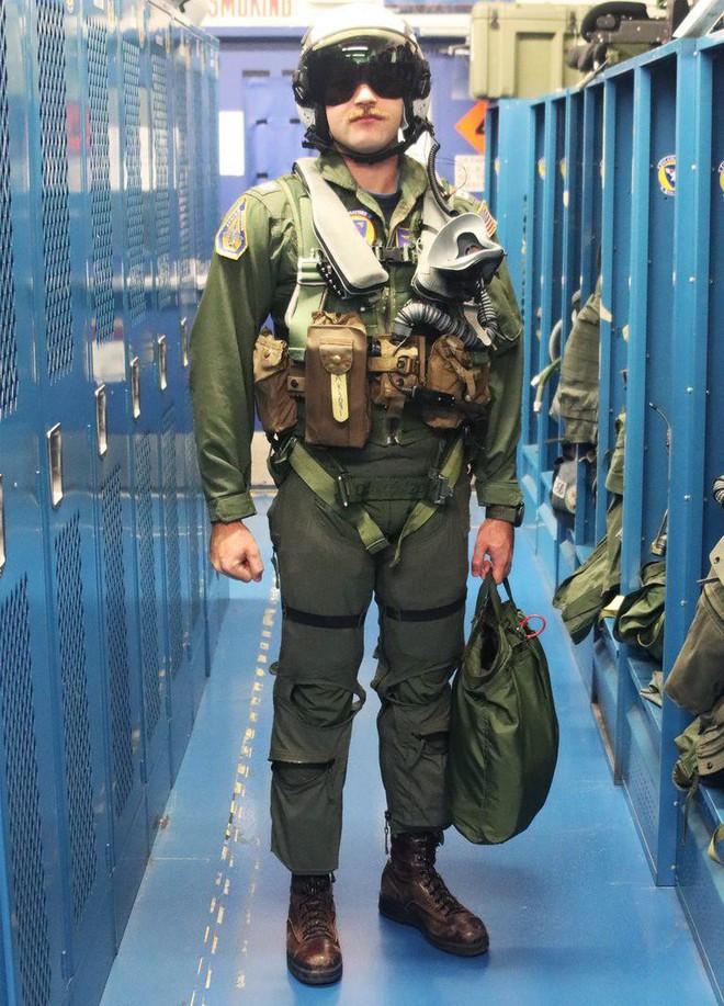 Tìm hiểu bộ đồ bay trang bị tận răng của phi công hải quân Mỹ - Ảnh 1.