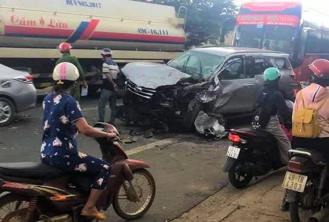 Tai nạn liên hoàn, 3 người bị thương, Quốc lộ 20 ách tắc nhiều giờ - Ảnh 2.