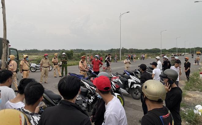Tụ tập nẹt pô, chuẩn bị đua xe, hàng chục thanh thiếu niên bị CSGT đón lõng, đưa về đồn