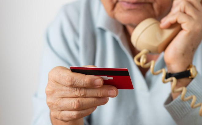 Cụ bà 90 tuổi mất 32 triệu USD vì chiêu lừa đảo qua điện thoại
